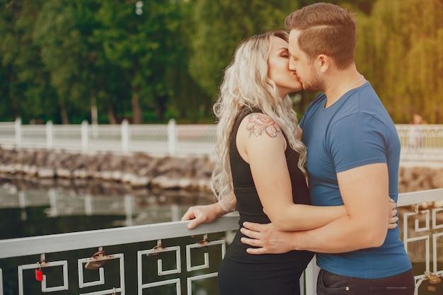 Vrouw met haar echtgenoot in een de zomerpark