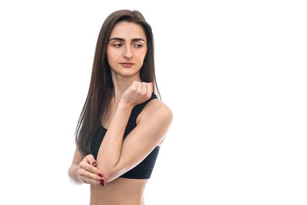 Vrouw met haar elleboog geïsoleerd op een witte muur