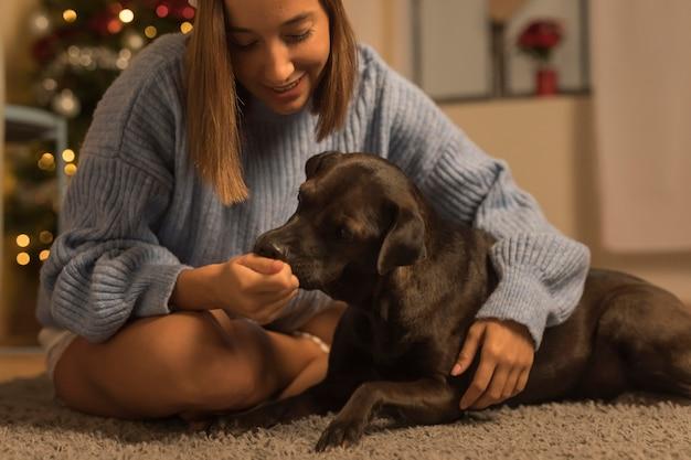 Vrouw met haar hond op kerstmis