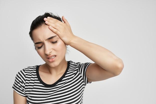 Vrouw met haar hoofd medicijnen behandeling stress hoofdpijn