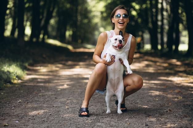 Vrouw met haar huisdieren franse buldog