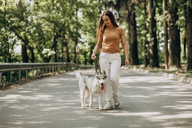 Vrouw met haar husky hond in het park