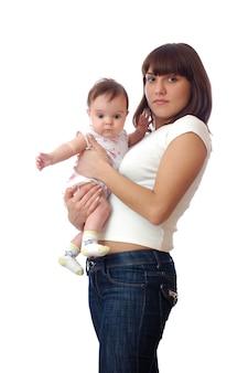 Vrouw met haar kleine meisje in haar armen