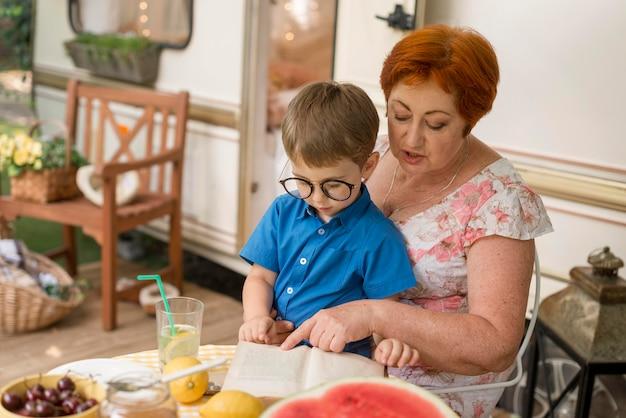 Vrouw met haar kleinzoon in haar schoot met kopie ruimte