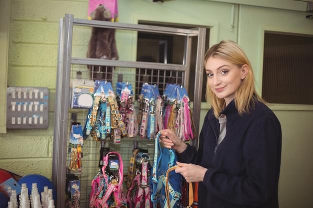 Vrouw met halsbanden in winkel