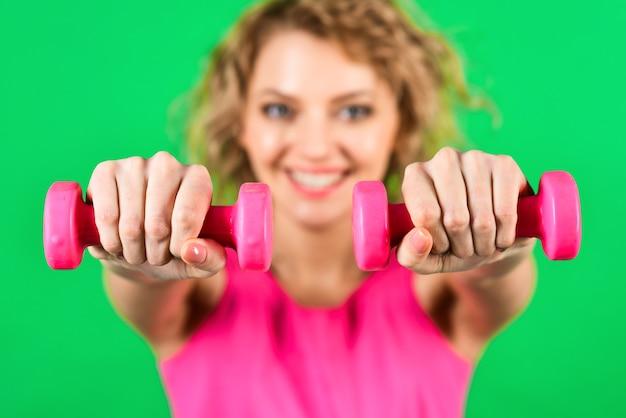 Vrouw met halters geïsoleerd reclame training sport sportieve vrouw met halters gezond