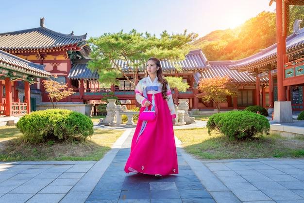 Vrouw met hanbok in gyeongbokgung, de traditionele koreaanse kleding