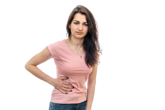 Vrouw met hand op buik met pijn die op wit wordt geïsoleerd
