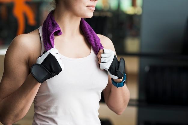 Vrouw met handdoek in de sportschool bijsnijden