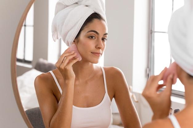 Vrouw met handdoek op haar concept van de haarzelfzorg