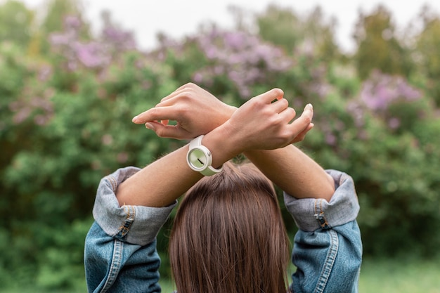 Vrouw met handen boven het hoofd