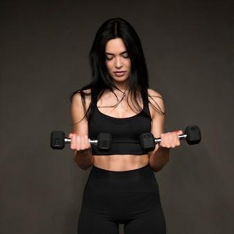 Vrouw met handengewichten