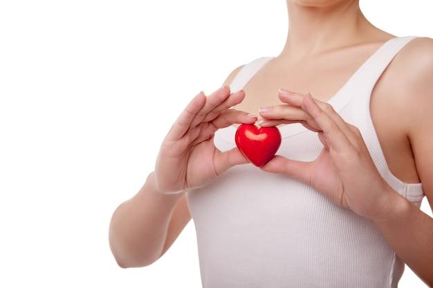 Vrouw met hart liefde symbool geïsoleerd op een witte achtergrond