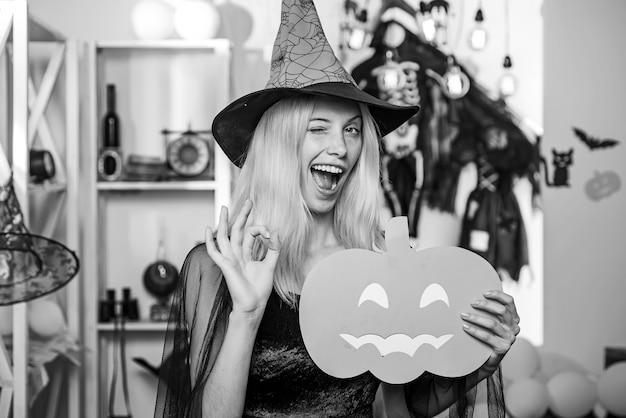 Vrouw met heksenhoed voor halloween
