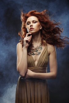 Vrouw met helder rood krullend haar