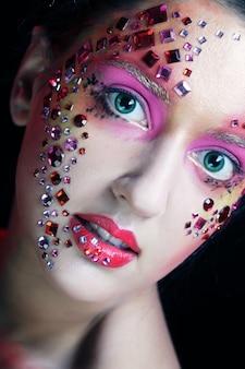 Vrouw met heldere artistieke make-up