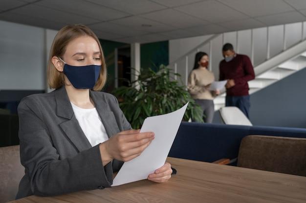 Vrouw met het medische masker werken
