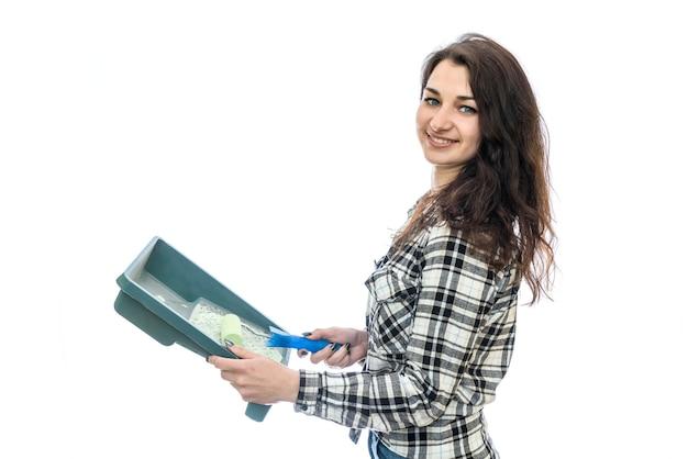 Vrouw met het schilderen van dienblad op wit wordt geïsoleerd dat