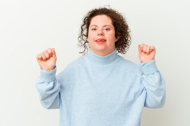 Vrouw met het syndroom van down geïsoleerd dansen en plezier maken.