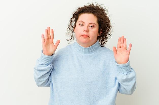 Vrouw met het syndroom van down geïsoleerd schreeuwen van woede