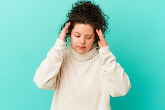 Vrouw met het syndroom van down geïsoleerd tempels aanraken en hoofdpijn hebben