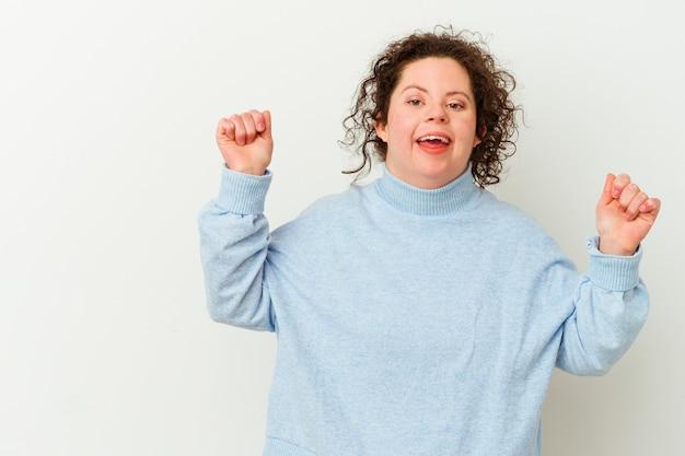Vrouw met het syndroom van down geïsoleerd verhogen vuist na een overwinning, winnaar concept