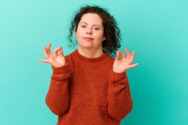 Vrouw met het syndroom van down geïsoleerd vrolijk en zelfverzekerd tonend ok gebaar