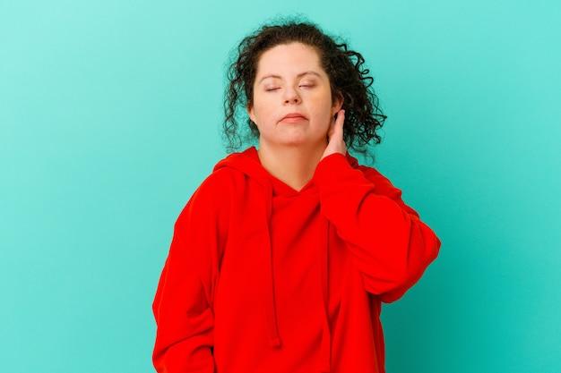Vrouw met het syndroom van down met nekpijn door stress, masseren en aanraken met de hand.