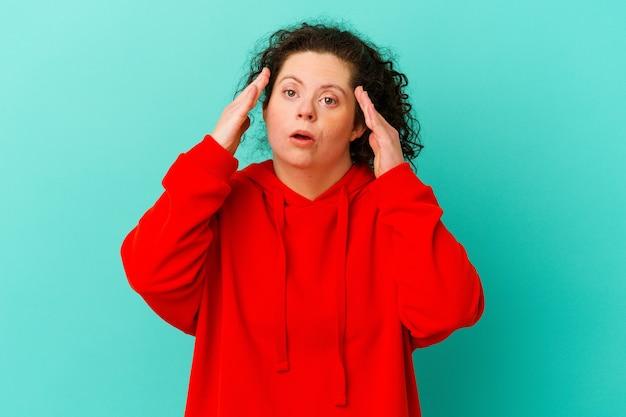 Vrouw met het syndroom van down ontvangt een aangename verrassing, opgewonden en hand opsteken.