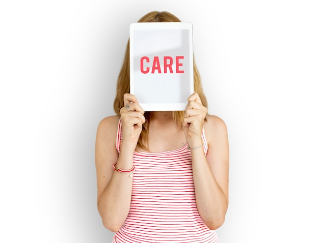 Vrouw met het woord care.