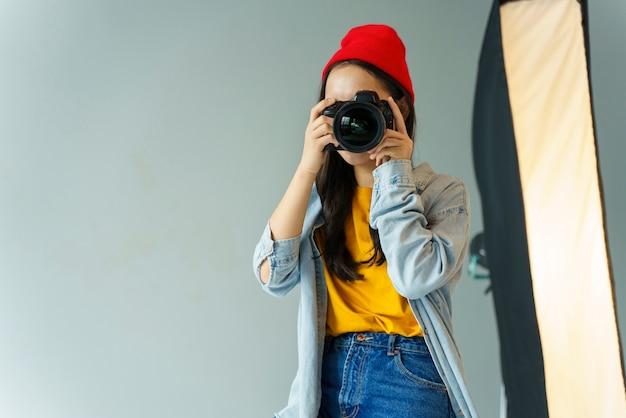 Vrouw met hoed die foto's neemt