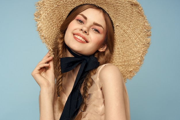 Vrouw met hoed en jurk emoties charme lichte stof vreugde