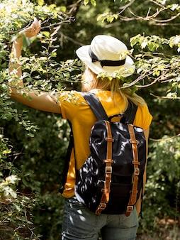 Vrouw met hoed in het bos