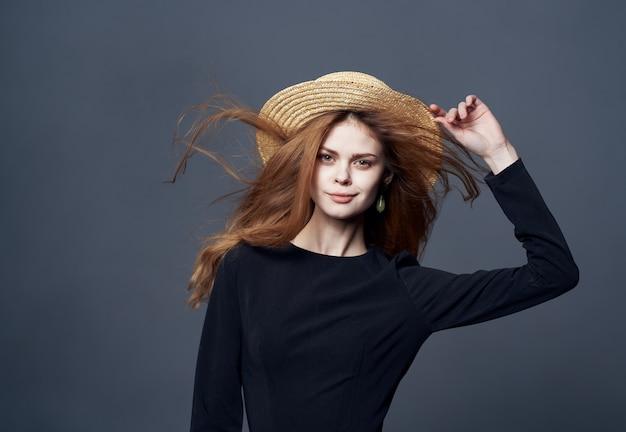 Vrouw met hoed mode glamour luxe bijgesneden weergave