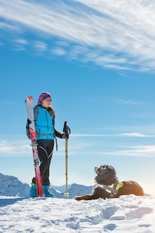 Vrouw met hond bernese in de bergen aan de hemel