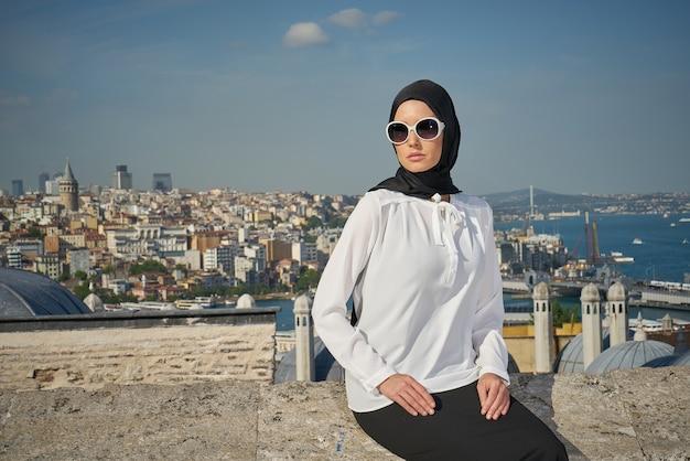 Vrouw met hoofddoek en een zonnebril