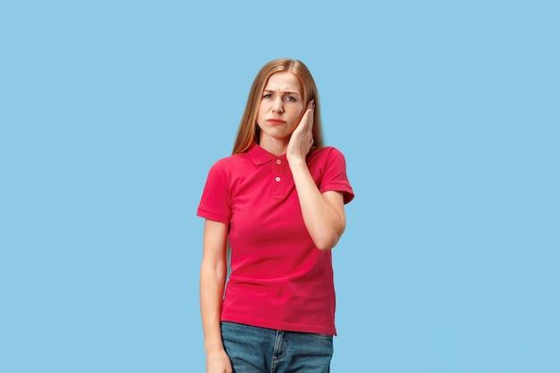 Vrouw met hoofdpijn. geïsoleerd over blauw.