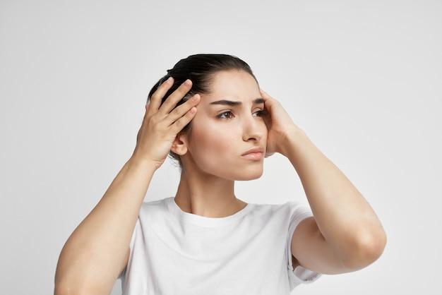 Vrouw met hoofdpijn gezondheidsproblemen emoties studio