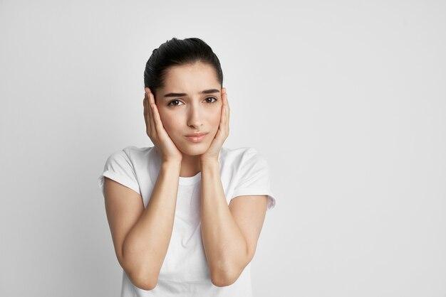 Vrouw met hoofdpijn ontevredenheid gezondheidsproblemen depressie pijn