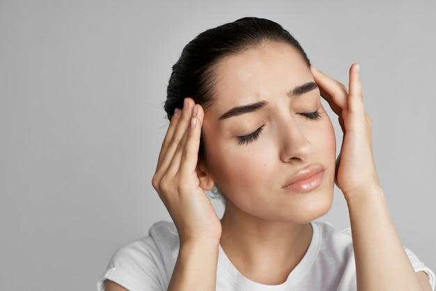 Vrouw met hoofdpijn ontevredenheid gezondheidsproblemen geneeskunde lichte achtergrond