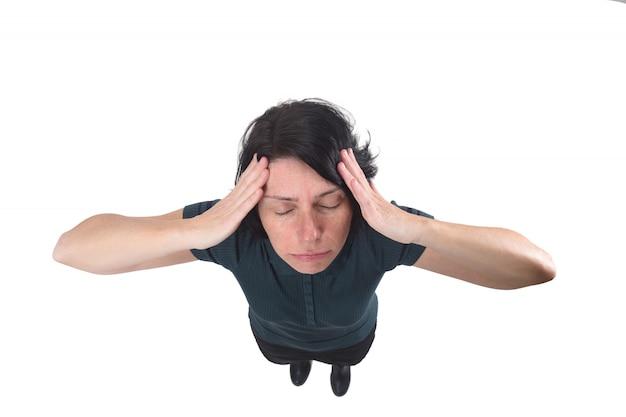 Vrouw met hoofdpijn op wit