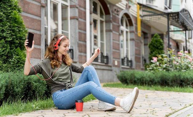 Vrouw met hoofdtelefoon dansen