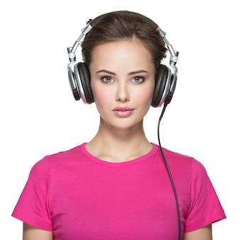 Vrouw met hoofdtelefoons geïsoleerd