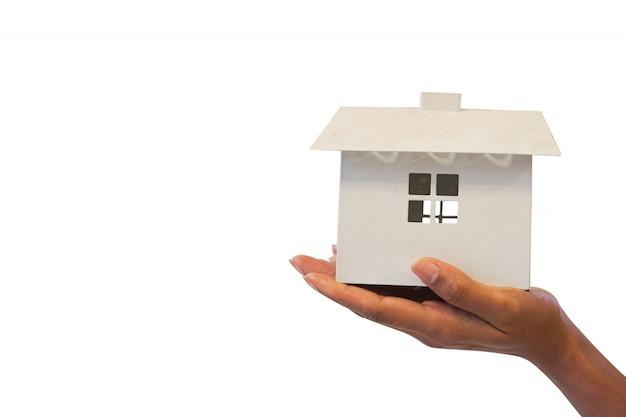 Vrouw met huis model. hypotheek concept