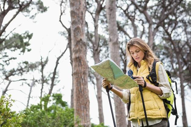 Vrouw met kaart en kompas