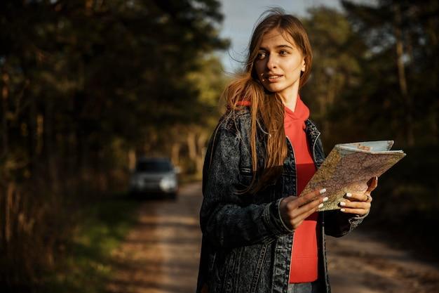 Vrouw met kaart tijdens een roadtrip