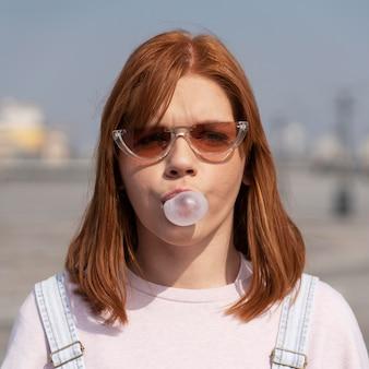 Vrouw met kauwgom close-up