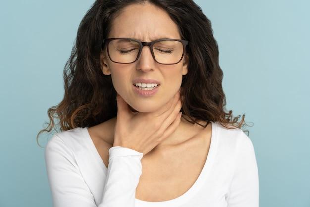 Vrouw met keelpijn, amandelontsteking, misselijkheid, pijn bij het slikken