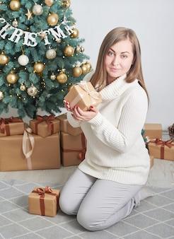 Vrouw met kerstcadeau