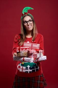 Vrouw met kerstcadeaus en grappig gezicht